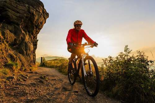 Mountain bike al tramonto