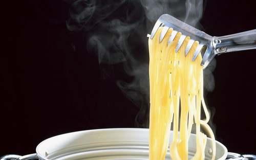 Spaghetti tirati fuori dalla pentola