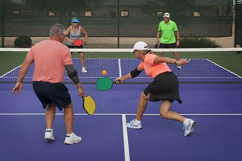 Il pickleball, uno sport che mescola tennis, badminton e ping-pong