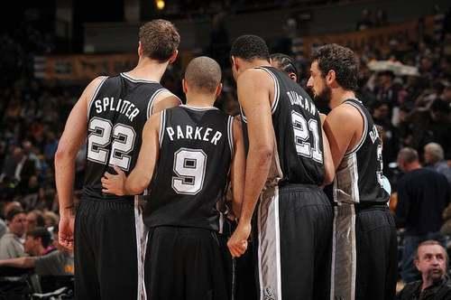 SA Spurs: giocatori di basket di spalle