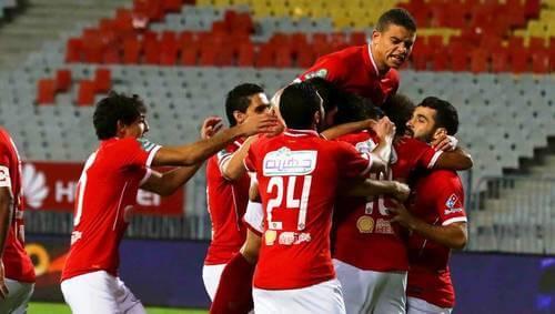 Giocatori dell'Al Ahly in Egitto festeggiano dopo un gol.