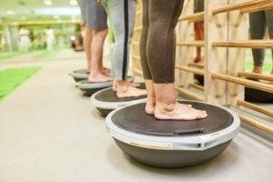 Tornare ad allenarsi dopo un infortunio. Persone allenano l'equilibrio.