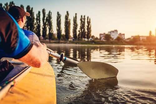 Persone che fanno canoa in uno yacht club.