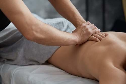 I massaggi possono aiutare a curare i crampi. Persona si fa fare un massaggio.
