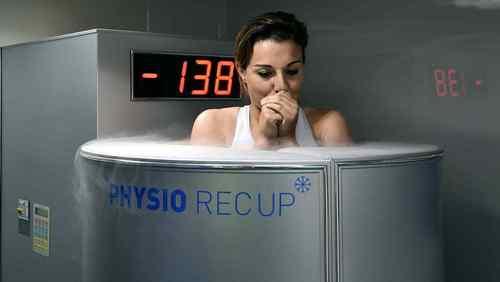Donna che fa la crioterapia a freddo.