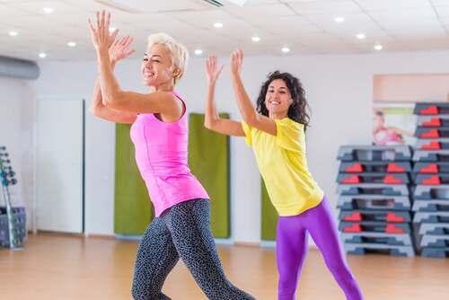 Donne in palestra che fanno esercizio aerobico.