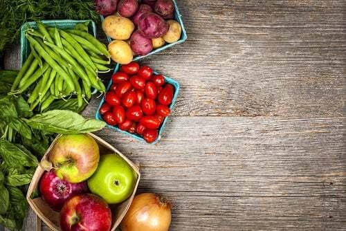 Frutta e verdura su un tavolo.
