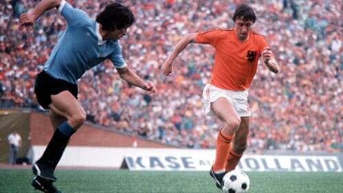 Johan Cruyff con il pallone.