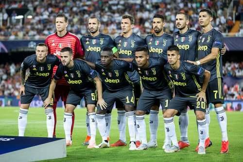La Juventus in campo con maglia nera.