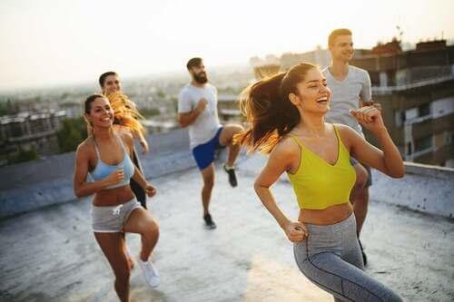 Lezione di aerobica di gruppo su un tetto.