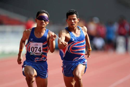 Corsa per atleti non vedenti.
