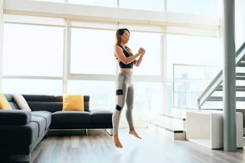 Donna che fa jump squat.
