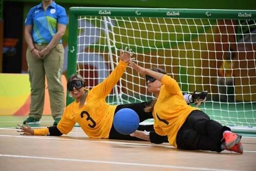 Donne che giocano ad uno sport per ciechi.