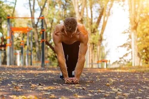 Uomo che si allena in un parco con la callistenia.