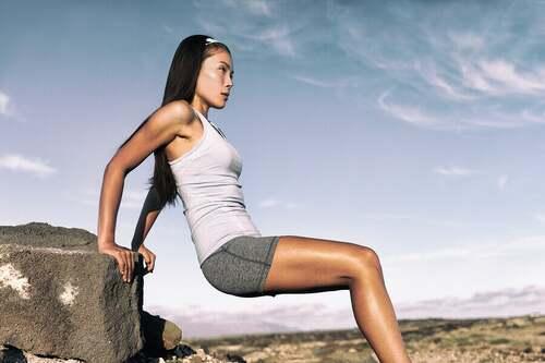 Ragazza che fa esercizi con il peso corporeo per allenare i tricipiti.