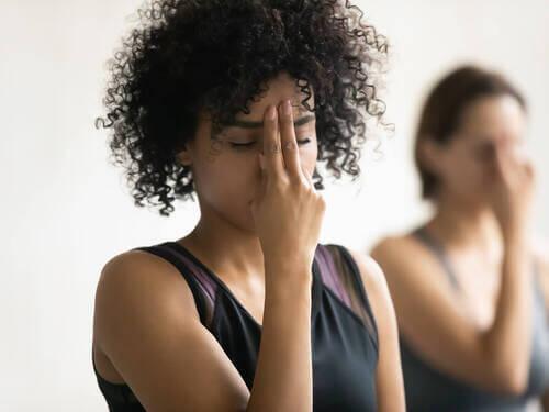 Donne che meditano e respirano profondamente.