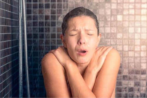 Benefici della doccia con acqua fredda dopo l'allenamento