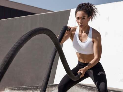 Donna che si allena con le corde.