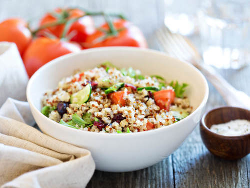 Insalata con quinoa, pomodoro e altre verdure.