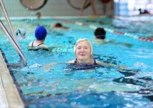 Donna anziana in piscina.