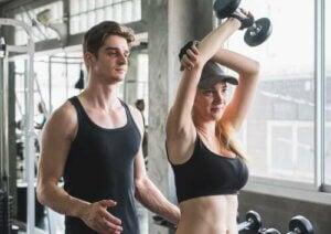 Allenatore che spiega come fare l'esercizio.