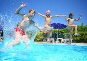 Bambini giocano e si divertono in piscina.