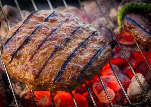 Hamburger sulla griglia.