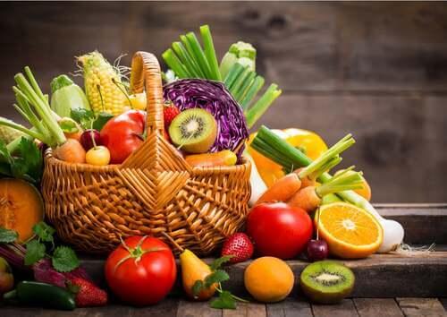 Cesta piena di frutta di vario tipo.