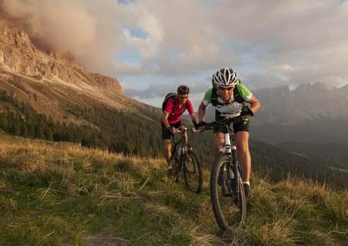 Persone che praticano ciclismo di montagna in gruppo.
