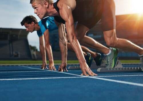 Atleti che si preparano per una gara di atletica leggera.