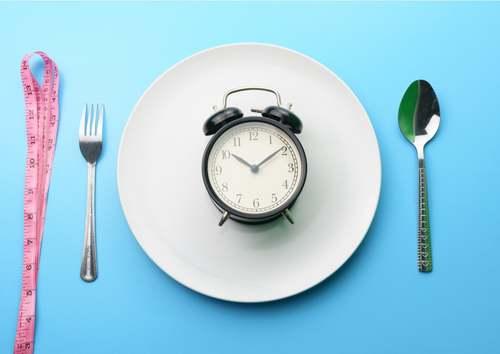 Piatto della colazione con orologio per digiuno intermittente.