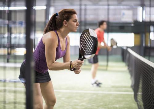 Donna che gioca a padel.