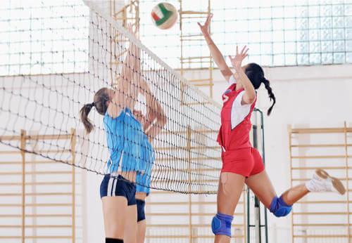 Donne che giocano a pallavolo.