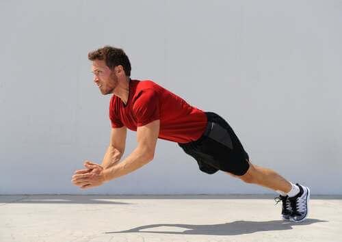 Allenamento push-up. Uomo che fa un esercizio pliometrico.