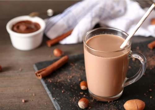 Bicchiere di latte e cioccolato per colazione.