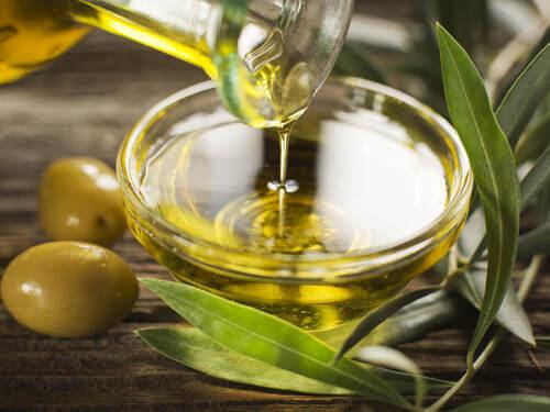 Ciotola con olio d'oliva e olive.