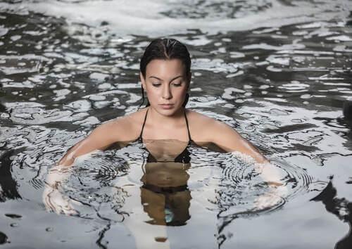 Donna in una piscina in sessione di idroterapia.