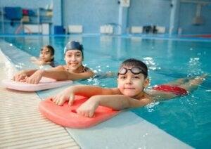 Tre bambini in piscina.