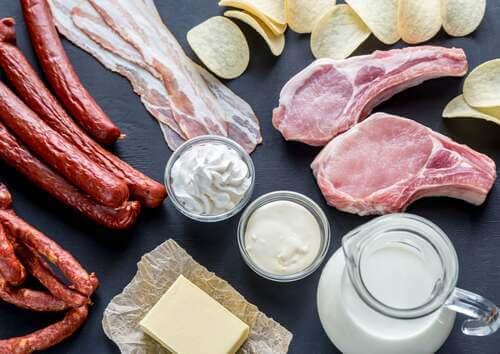 Esempi di alimenti che contengono grassi saturi.