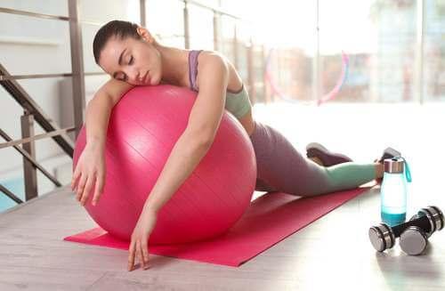 Donna stanca dopo esercizio fisico eccessivo.