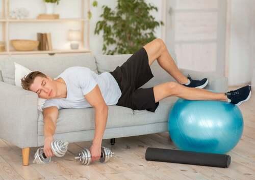 Un esercizio fisico eccessivo provoca stanchezza e affaticamento muscolare.