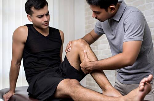 Come trattare una distorsione al ginocchio?