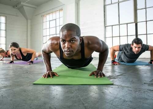Uomo che si allena facendo flessioni.