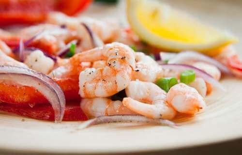 L'insalata di gamberi è un piatto ricco di ferro.