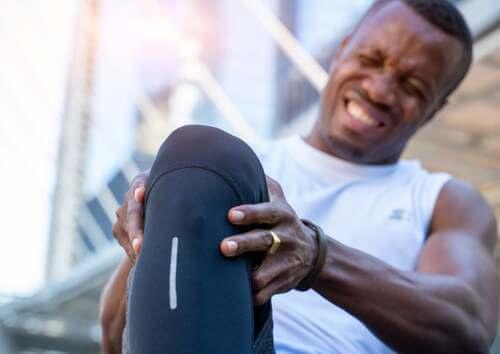 Tendinite e distorsione al ginocchio sono comuni nei runner.