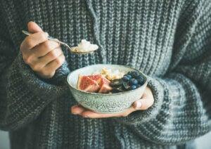 Bowl con muesli e frutta.
