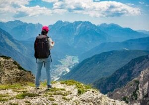 Donna che fa escursionismo.