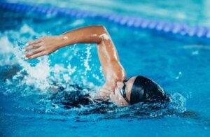 Donna che fa nuoto.