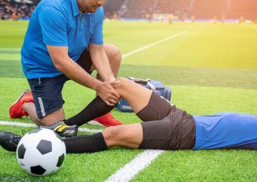 Massaggio al ginocchio. Infortuni sportivi al ginocchio.