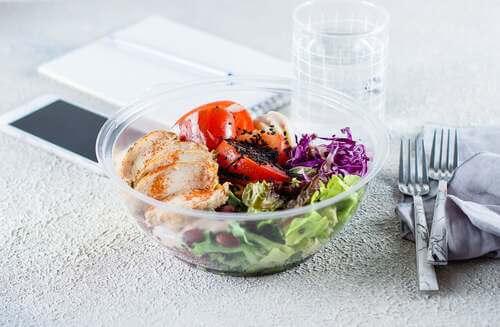 Piatto sano a base di pollo e insalata.